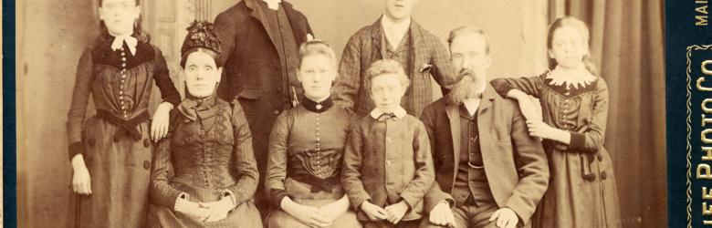 Sepia picture of a large victorian family